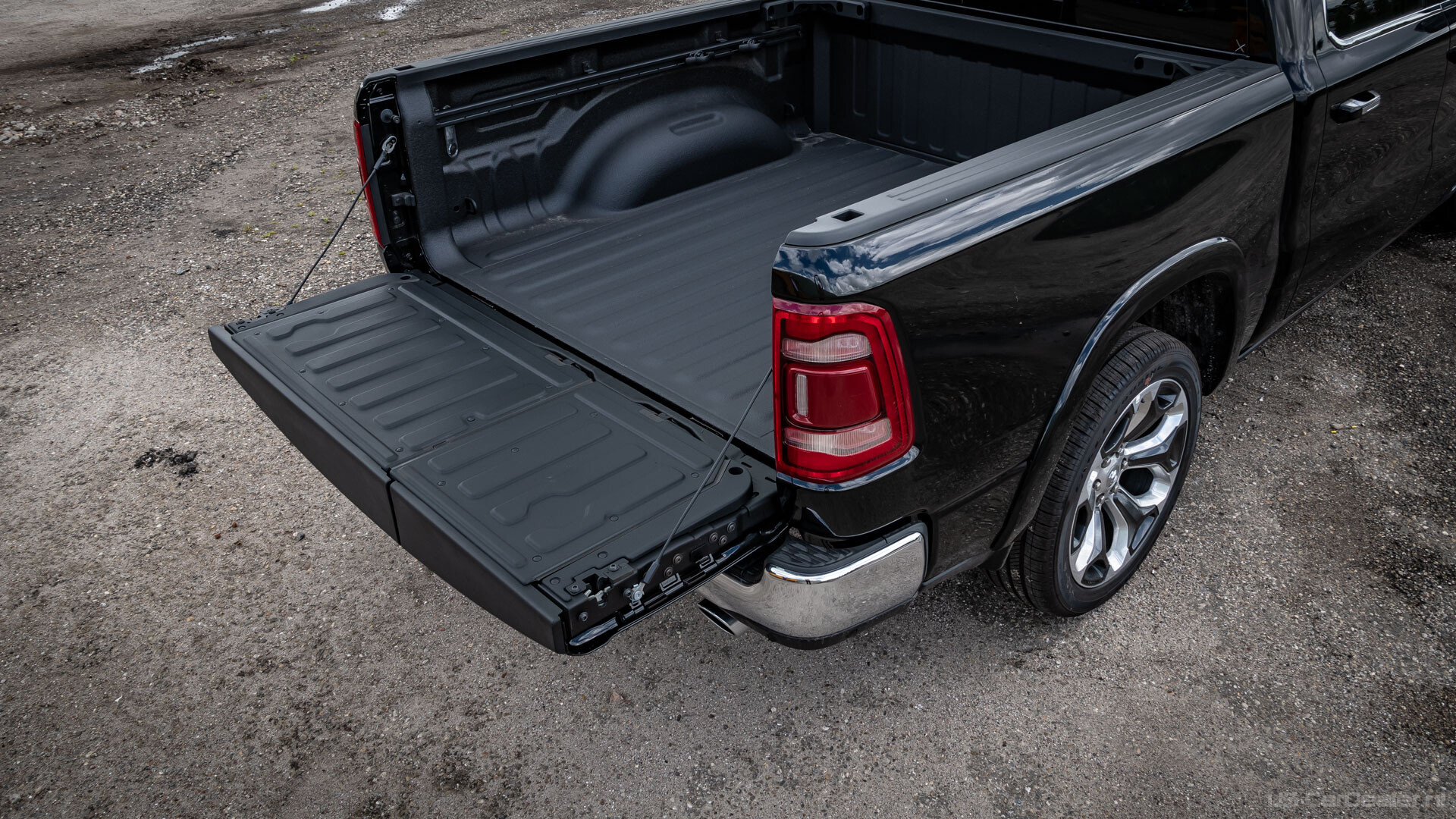 Ram 1500 multifunctional tailgate